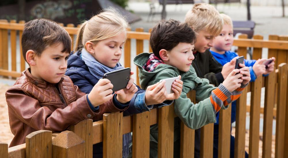 ילדים משתמשים בסמארטפון הראשון שלהם