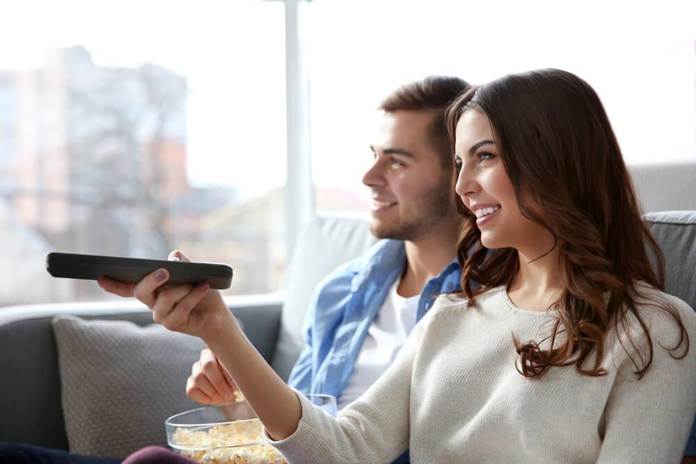 זוג צופה בטלוויזיה פתוחה