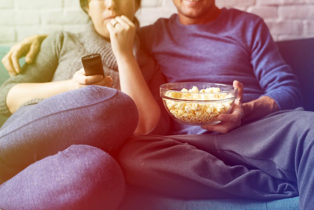 זוג צופה בטלוויזיה