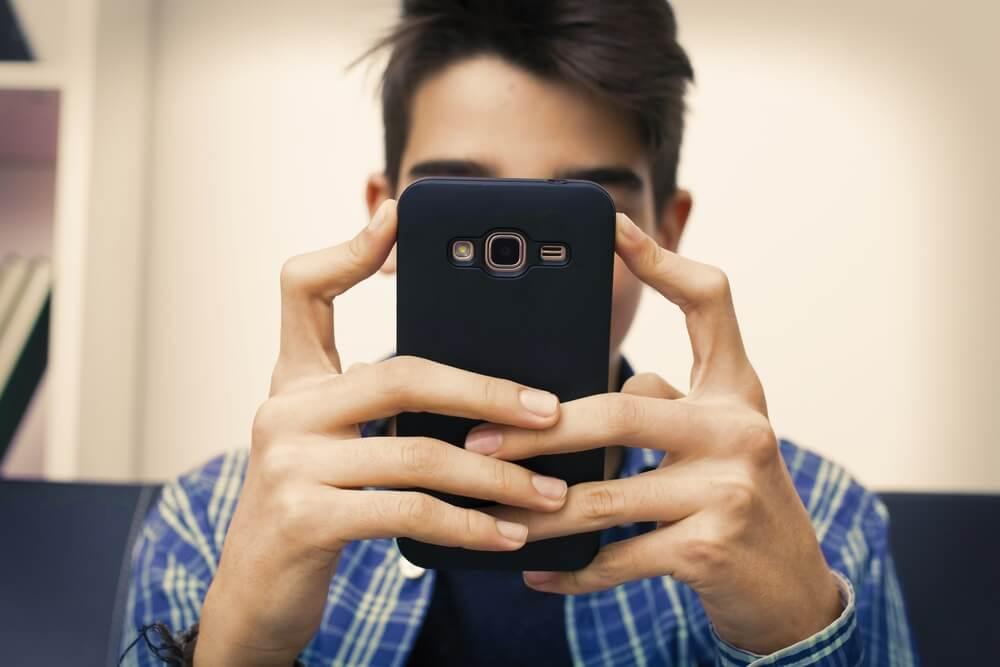 ילד מחזיק מסמארטפון